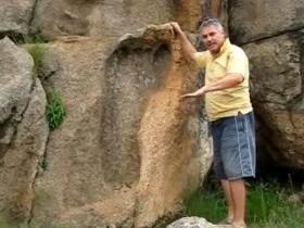 في جنوب افريقيا وتم اكتشافها عام 1912 بجوار الحدود مع سويزلاند بوساطة صياد يُدعى سوفيل كويتزي حسب المصدر أن عمرها 200 مليون عام !! * نقلا عن موقع انيكوستر الأخباري